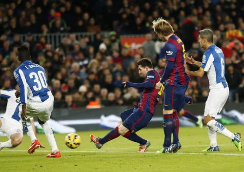 Messi ghi bàn từ chấm đá phạt