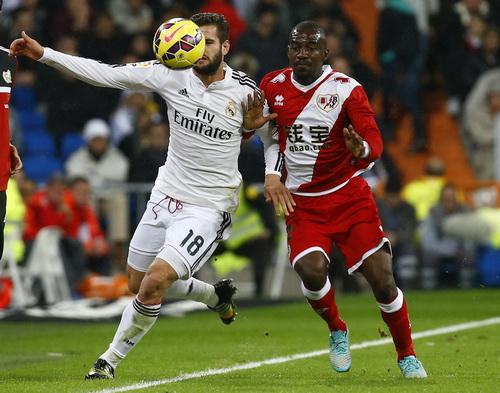 Vallecano (phải) phản công hiệu quả, có bàn gỡ ngay cuối hiệp một