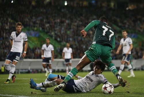 Nani (17, Sporting) đi bóng trước Atsuto Uchida cỉa Schalke