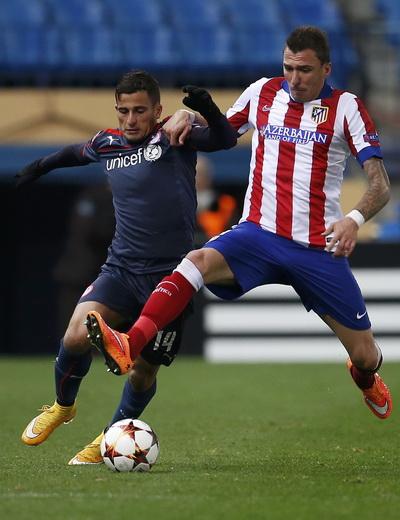 Mandzukic (phải) tranh bóng với Omar Elabdellaoui của Olympiakos