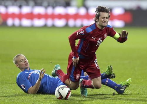 Thủ quân Tomas Rosicky bị phạm lỗi nhưng CH Czech vẫn đánh bại Iceland