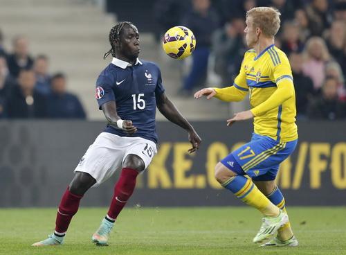 Hàng thủ tuyển Pháp thi đấu tốt ở sân nhà Velodrome