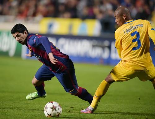 Luis Suarez (trái) có bàn thắng đầu tiên ở Champions League