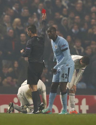 Hai thẻ đỏ của Yaya Toure và Fernandinho khiến thất bại của Man City thêm cay đắng
