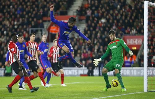 Van Persie lập cú đúp trước Southampton