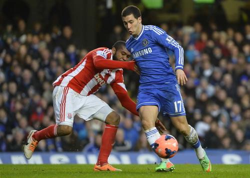 Eden Hazard (phải) đi bóng tấn công