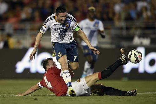 Hàng thủ M.U vất vả ngăn cản các chân sút LA Galaxy