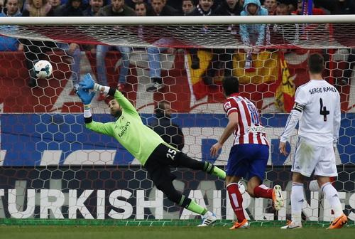 Thủ môn Lopez bất lưc trước cú sút xa thành bàn của Gabi