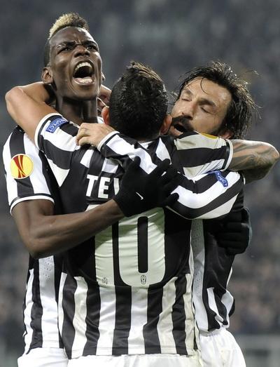 Paul Pogba (trái) ghi bàn phút bù giờ cho Juventus