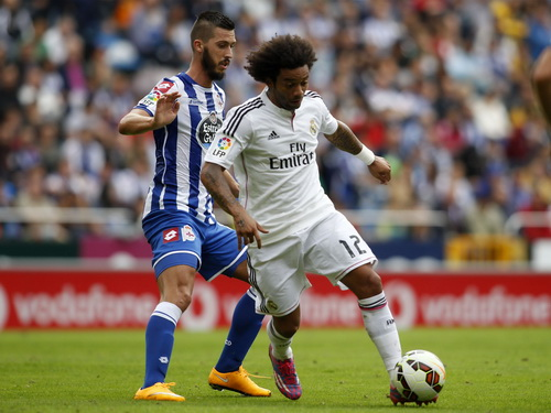 Marcelo (phải) tranh chấp bóng với Meduljanin