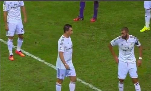 Ronaldo giả trò chuyện với Benzema