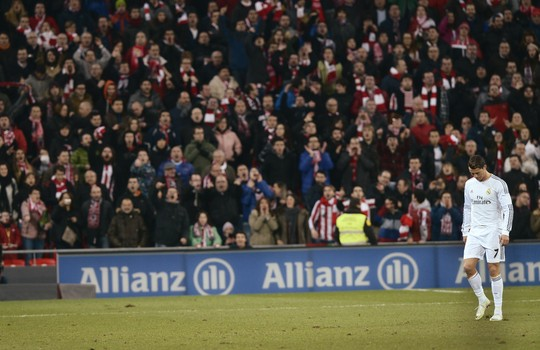 Ronaldo lặng lẽ rời sân sau khi nhận thẻ đỏ