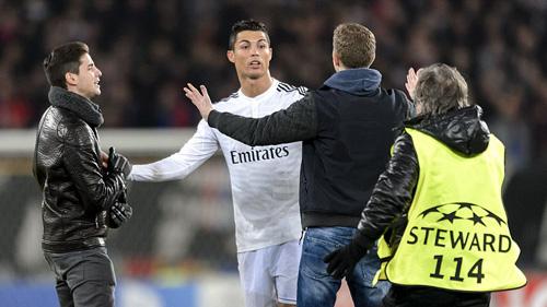 Hai CĐV gây sự với Ronaldo