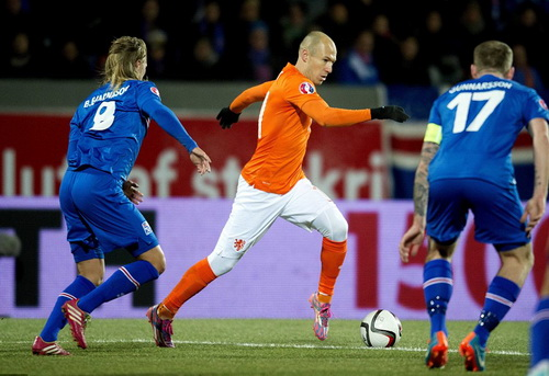 Robben đi bóng trước hàng thủ Iceland