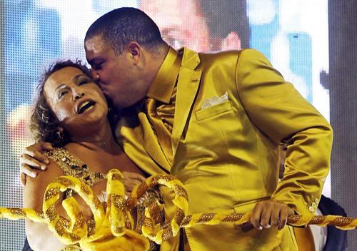 Ro béo hôn mẹ trong lễ hội
