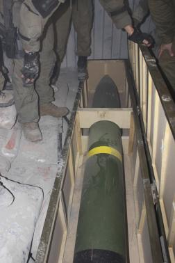 Binh sĩ Israel đang kiểm tra số tên lửa trên con tàu mang tên Klos. Ảnh: Reuters