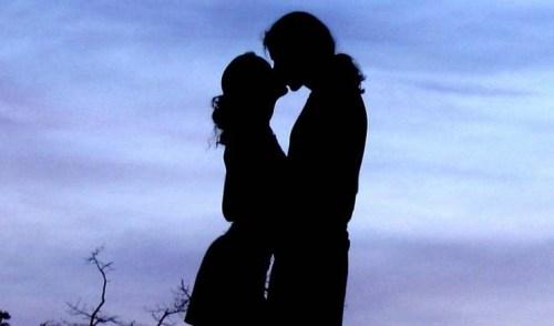 Hay là chúng mình hôn nhau đi!