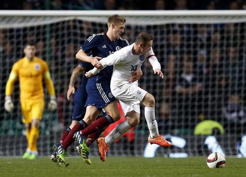 Rooney tranh bóng quyết liệt với Darren Fletcher, đồng đội ở M.U