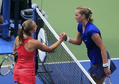 Kvitova (phải) thua trận trước đối thủ 21 tuổi