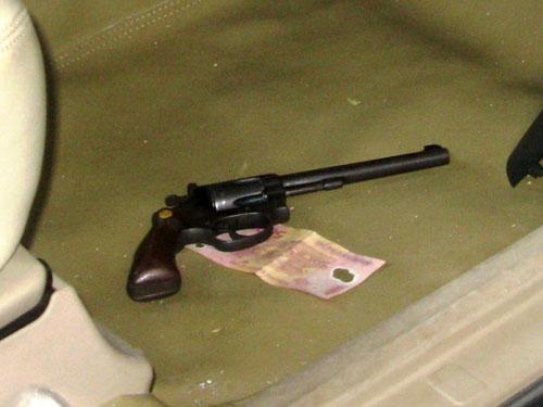 Khẩu súng Rulo mà Anh cất giấu trên xe ô tô.