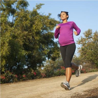 bác sĩ khuyến cáo các bà bầu đi bộ 30 phút đến 60 phút mỗi ngày với tốc độ vừa phải.
