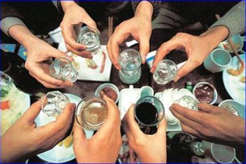 Các bác sĩ dự báo số ca ngộ độc rượu sẽ còn tăng cao trong Tháng Giêng-