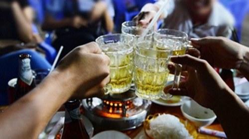 dự thảo quy định về cấm bán rượu, bia sau 22 giờ đang gây ra nhiều tranh cãi. Ảnh minh họa