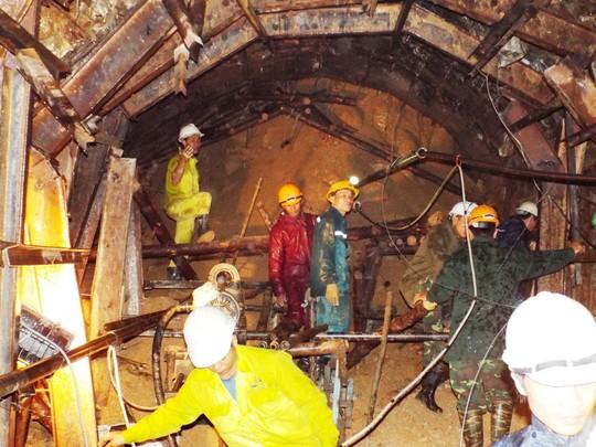 Khoan đường ống đưa toàn bộ nước ra ngoài. Ảnh: Cao Nguyên