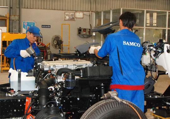 Công nhân Xí nghiệp Cơ khí Ô tô An Lạc trong giờ sản xuất