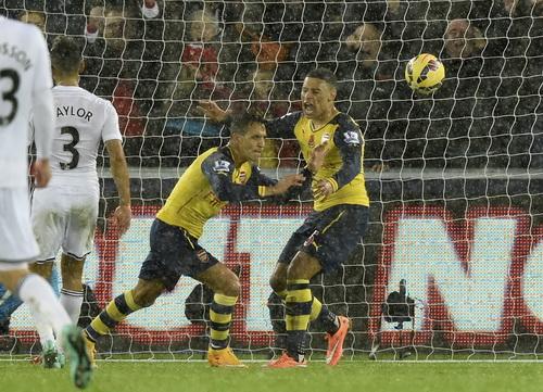 Sanchez (giữa) ghi bàn mở tỉ số nhưng không cứu nổi thế trận của Arsenal