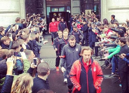 Người hâm mộ tại Moscow chờ đội bóng Bayern ra sân tập