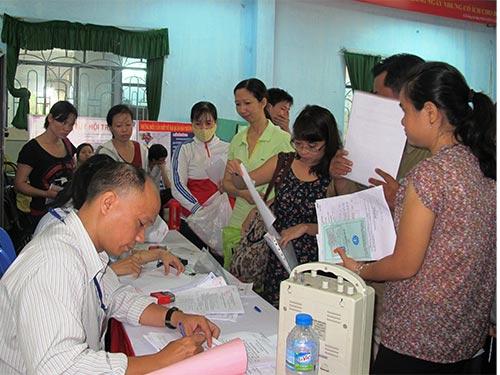 Người lao động tham gia tìm việc tại sàn giao dịch việc làm ngày 2-10-2013