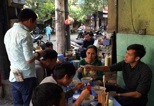 Tấn Tài và Văn Quyết bị bắt gặp đi ăn phở trên phố cổ Hà Nội sáng ngày 29-11. Ảnh: VCC