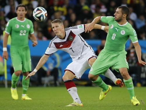 Tuyển Allgeria (áo xanh) ở trận đấu vòng 16 với Đức