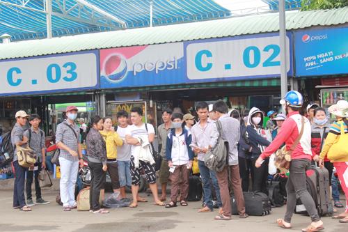 Tuy lượng người đổ về rất đông nhưng bến xe miền Đông vẫn đáp ứng số lượng khách