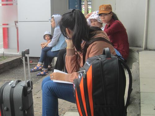 Bạn Tâm (quê Lâm Đồng) cứ tưởng ra Bến xe Miền Đông sớm là có xe chạy, nhưng giờ phải ngồi chờ