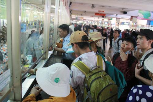 Chen lấn mua vé xe tại Bến xe miền Đông
