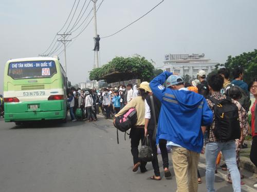 Thí sinh, phụ huynh chen lấn đón xe bus đến các điểm ga tàu, bến xe
