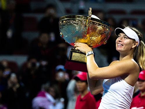 Sharapova với cúp vô địch đơn nữ Giải Trung Quốc mở rộng 2014 Ảnh: REUTERS