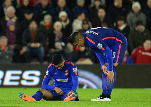 Chris Smalling (trái) thi đấu không đầy 20 phút trận gặp Southampton