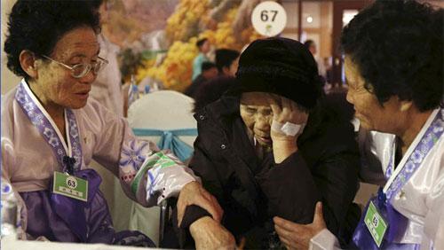 Cụ bà người Hàn Quốc và hai người em sống tại Triều Tiên không kìm được nước mắt ngày chia tay. Ảnh Reuters