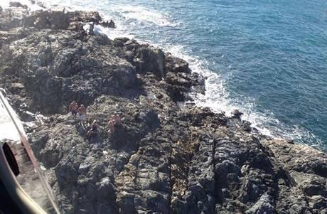 Cả 5 người đã ở trên bãi đá suốt 9 giờ đồng hồ. Ảnh: CQ Rescue