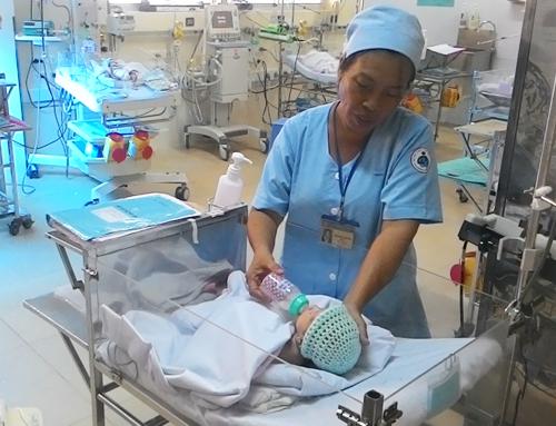 Được sự nỗ lực cứu chữa, chăm sóc tận tình của các y, bác sỹ, bé Huy đã có thể tự bú bình như những đứa trẻ bình thường. Ảnh: Thiên Chương/ VnExpress