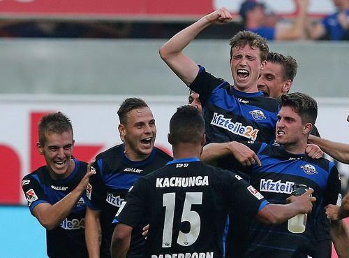 Đồng đội chia vui với Stoppelkamp (bìa phải)