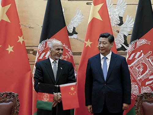 Chủ tịch Trung Quốc Tập Cận Bình (phải) tiếp Tổng thống Afghanistan Ashraf Ghani Ahmadzai tại Bắc Kinh hôm 28-10 Ảnh: REUTERS