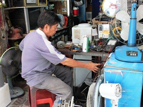 Thợ sửa quạt máy làm việc không ngừng nghỉ.