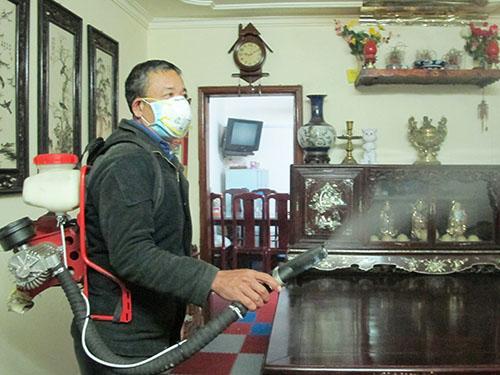 Nhân viên y tế phun hóa chất tại một căn hộ chung cư ở Hà Nội có bệnh nhân sốt xuất huyết