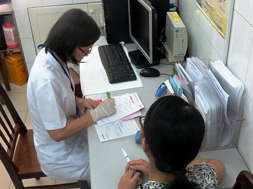 Nên khám thai thường xuyên để theo dõi sát tình trạng thai và kịp thời phát hiện những bất ổn.  Trong ảnh: Khám thai tại Trung tâm Chăm sóc sức khỏe sinh sản TP HCM