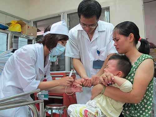 Bệnh nhi này được may mắn cứu sống trong hàng chục trẻ cấp cứu vì hóc thạch