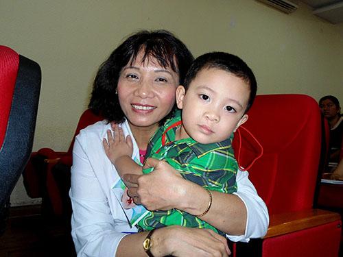 Bé Đoàn Quốc Thịnh, một bệnh nhi từng bị sứt môi - hở vòm nặng, trong vòng tay BS Nguyễn Thị Minh Hằng, Phó trưởng Khoa Răng Hàm Mặt và Phẫu thuật tạo hình Bệnh viện Nhi Đồng 1 (TP HCM), người đã tham gia phẫu thuật cho bé